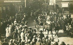 -104- der Marktplatz, wahrscheinlich Umzug zum Turnerfest 1931