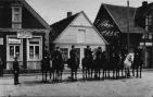 -53- Häuserreihe am Markt, heute Geschäftsfront der Firma Tepe. Das Foto zeigt das Datum 1. Mai 1935.