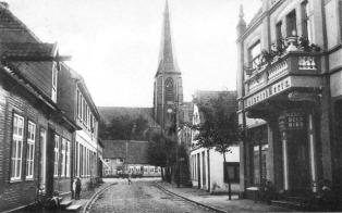 -27- Blick in die Straße Am Markt. Auf der linken Seite die Häuser Kröger / Nieberding, Merz / Moritzer, rechts der Gasthof Merz.