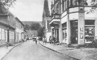 -29- Blick in die Straße Am Markt. Auf der linken Seite die Häuser Kröger / Nieberding, Merz / Moritzer, rechts der Gasthof Merz.