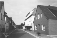 -25- August Börgerding aus Vechta eröffnete an der Burgstrasse ein Kolonialwarengeschäft. Später erbte Bernd Meyer das Geschäft. Neben den Kolonialwaren kam dann noch ein Textilladen dazu. August Meyer übernahm nach dem Tode von Vater Bernd das Geschäft.