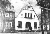 -8- Aufnahme um 1913. Das weiße Haus wurde durch Hermann Middendorf erbaut, der Küsterdienste versah und als Gärtner tätig war. Später wurde dies Haus von der Lehrerin Frederike Timphaus und ihrer Schwester Maria bewohnt, bevor es in den Besitz von Frau Satorius gelangte.