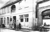 -60- Am Markt 10, Das spätere Gasthaus Moritzer und rechts daneben (Am Markt 12) das Geschäft von Josef Bienefeld.