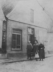 -81- Das Haus Dunker, hier die Familie Dunker vor ihrem Haus. Albert Niemann heiratete 1920 eine Auguste Dunker und betrieb hier eine Schuhmacherwerkstatt und ein Ladengeschäft.