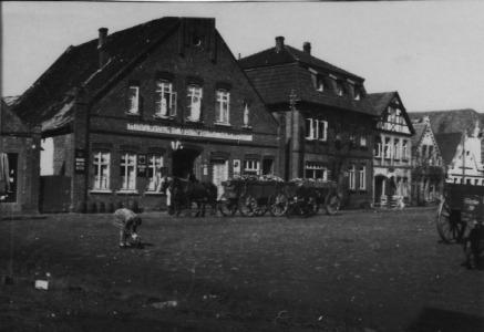 -13- Am Markt 15, Hotel u. Restaurant Oldenburger Hof, Inhaber Joh. H. Hölzen, zwei Häuser weiter befand sich die Werkstatt Oer.