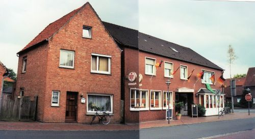 """-108- links das zweite Haus Ostendorf (von A. Pille gekauft), rechts ehemals Gaststätte Pille, """"Straoten Ornd"""", später """"Intermezzo"""" Pächter U. und M. Engbarth, heute Pächter M. Ryschka (2008)"""