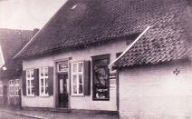 """-104- Die Bäckerei und Gaststätte (mit Kegelbahn) A. Pille, heute """"Straoten Ornd"""". Am linken Bildrand erkennt man noch die beiden Häuser Ostendorf"""