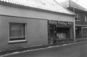 -7- Nach dem 2. Weltkrieg wurde die Schlachterei und das Ladengeschäft an Hubert Prüllage verpachtet. Aufnahme 1960/61. Rechts daneben bereits die erste Hälfte von Druckerei und Geschäft Heimann zu erkennen.