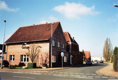 -112- Haus Schönhöft, rechts daneben Haus Schlaphorst. Im Hintergrund Haus Scheper und die Halle von Johannes (Hansi) Böhmker 2011