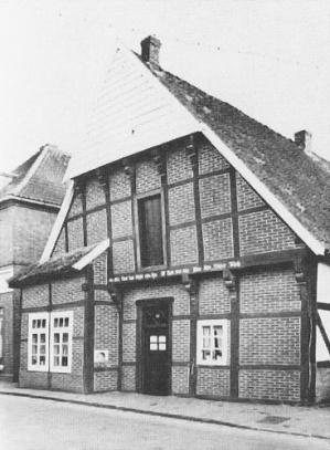 """-78- Nach dem Tode von """"Stuten Marie"""" wurde das schmucke Fachwerkhaus von der Gemeinde erworben und musste Platz für einen Parkplatz machen."""