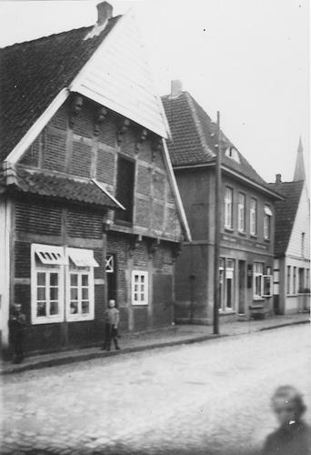 """-76- In diesem Haus wohnte das Dinklager Original """"Schuhmachers Marie"""" oder """"Stuten Marie"""" oder """"Kaprols Marie"""". Sie war ledig und verdiente sich den Unterhalt mit dem Verkauf von Stuten und Zwieback."""