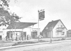 -45- Tankstelle, Autowerkstatt und Wohnhaus Anton Sprehe, jetzt Fliesen Kreutzmann. (1959)