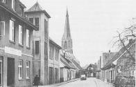 -63- Hier noch einmal das Spritzenhaus, an der Stelle von Mäkels (Fikaols) Stall. Es wurde von 1932 bis 1969 genutzt. Das Haus wurde später von Foto Hölzen genutzt, und beherbergt heute eine Fahrschule.
