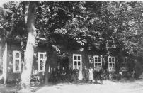 """-50- Heinrich Susen, aus Westfalen stammend, erwarb 1929 das Anwesen benannte es in """"Rheinischer Hof"""" um und betrieb hier Gastwirtschaft und Landwirtschaft. 1948 brannte in der Bombennacht die Scheune bis auf die Grundmauern nieder."""