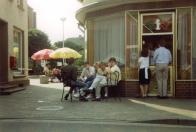 -6- Der selbe Durchgang zum Kirchplatz ca. 80er Jahre, links das Haus Tempel, zu der Zeit Frisör, rechts Eisdiele De Martin