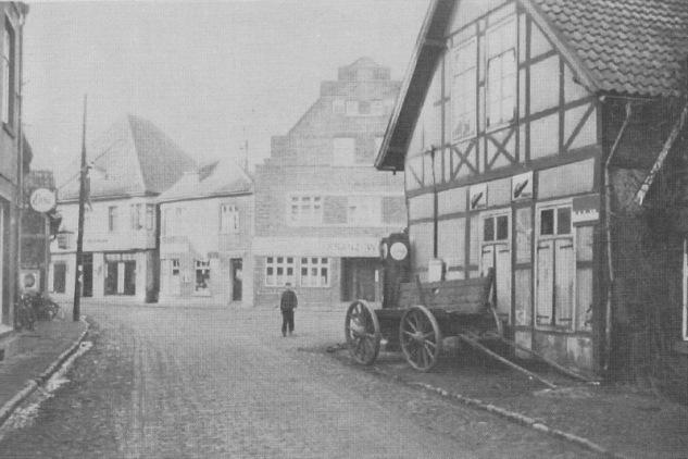 """-74- Gegenüber Wittrock's Kohlenschuppen sieht man links neben Haus Weiss die spätere Gaststätte """"Horn's Pietze"""" von Bernhard Horn."""