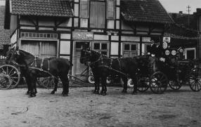 """-76- Eine Aufnahme von 1933/34 mit festlich geschmücktem Vierspänner vor """"Wittrocks Kohlenschuppen"""" heute Emil Tepe."""