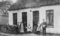 -18- Das Haus gehörte seit 1698 der Familie Rebel. Herr Thyen, von Beruf Postschaffner, stammte aus Herzlake und heiratete eine Rebels Tochter. Das Haus wurde später an Günther Brinkmann verkauft, welcher hier eine Autovermietung hatte.