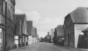 -42- Blick in die Burgstraße in Richtung Kirche. Rechts das Haus Varnhorn. B. Varnhorn war Wirt. Er eröffnete hier eine Kegelbahn, die links vom Hause in der heutigen Wipperstrasse lag.