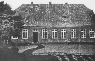 -57- Hier beginnt die Südseite der Burgstraße. Das Anwesen war um 1900 im Besitz von Heinrich Bahlmann. Anfang des 20. Jahrhunderts gehörte es dann einer Stiftung und diente als Vikar-Wohnung.