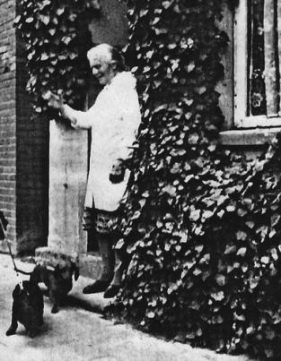 -84- Anschließend übernahm Walter Niemann das Haus und erweiterte hier nach Abbruch und Neubau sein Schuhgeschäft.