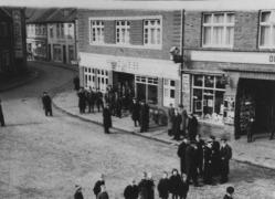 -9- Am Markt 17, Das Haus Uhren Weiss in den 30er Jahren, daneben schließt das Hotel Oldenburger Hof an.