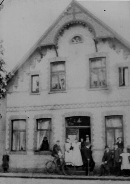 -88- Wohnhaus Willenborg, Paul Willenborg betrieb auf der gegenüberliegenden Seite eine Tischlerei, die 1927 aufgegeben wurde. Aufnahme um 1918/19