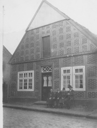 -98- Wohnhaus Willenborg, Baujahr 1878. Ab 1951 führte die Familie Willenborg hier eine Bäckerei und ein Kolonialwarengeschäft.