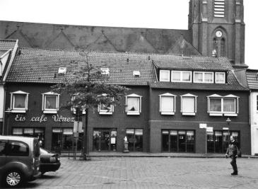 -95- Aufnahme 2009, Die ehemalige Bauernschänke gehört heute der Familie De Martin, die hier nach Umbau ihr Eiscafé betreibt.