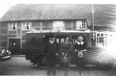 -90- Am Markt 25, das nächste Gebäude ist das ehemalige Hotel und die Gaststätte Bauernshänke der Familie Wittrock mit seiner langen Geschichte. (mehr lesen) Aufnahme mit dem Postwagen