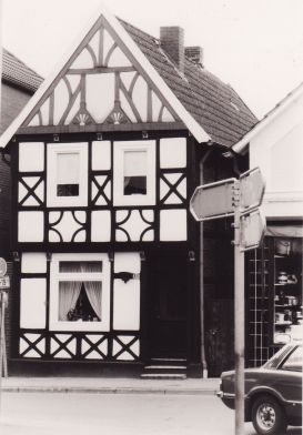 -209- Haus von Schuster Arkenau, später Nietfeld (Ipi), rechts kann man noch eine Ecke des Schaufensters von Haushaltswaren Schmitz erkennen