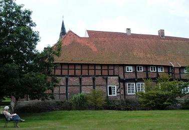 -6- Nordfassade mit Grünanlage