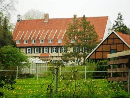 -26- Blick über den Garten auf die Südfassade der Burg unter anderen mit den Wirtschaftsräumen der Abtei