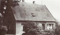 -1- Von Dinklage kommend ist dies die erste Siedlerstelle. 1924 erwarb sie der Maurer August Garvels. Es handelte sich um eine Nebenerwerbsstelle von ca. 1ha Größe. Alle Siedlerstellen befanden sich auf der ca. 180ha großen Tertia - dem Teil der Mark, den das Land Oldenburg bei der Markenteilung für sich beanspruchte. Der vorherige Besitzer von Galen wurde gegen seinen Willen mit Geld abgefunden.