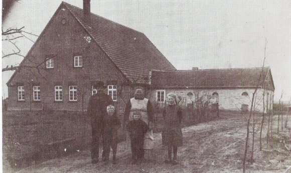 -8- Kolonat Nr. 6 : Das Grundstück hatte der Wulfenauer Heuermann Heinrich Suther erworben. Die Bezahlung der einzelnen Grundstücke an das Siedlungsamt in Oldenburg erfolgte in Form einer jährlichen Naturalrente, über die dann der Geldwert errechnet wurde. Sie betrug damals 33 kg Roggen, 234 kg Kartoffeln, 89 l Milch 12 Kg Schlachtrinder LG (Lebendgewicht) und 39 Eier je Jahr und ha. Die geforderte Qualität war in den Verträgen genaustens definiert.