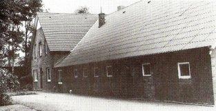-5- Bernhard Pieper, der das Kolonat Nr. 3 erhielt, war zuvor Pächter in Osterdamme. Um hier ein Haus zu errichten, kaufte sein Sohn Heinrich Pieper ein Haus, das zuvor auf dem Flugplatz in Quakenbrück stand, für 700 Reichsmark auf Abbruch. Es wurde dann mit Pferd und Wagen hierher gebracht und wieder aufgebaut. Sein Monatsverdienst bestand zu der damaligen Zeit aus 25 Reichsmark. Heutiger Besitzer ist Walter Pieper. Er betreibt auch heute noch die Landwirtschaft.