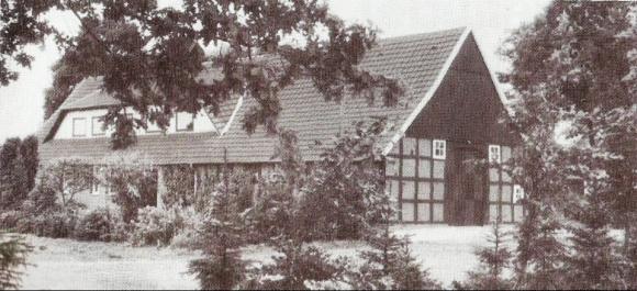 -14- Die 12. und letzte der Siedlerstellen erwarb Heinrich Meerße aus Gut Lage. Als 1964 er und seine Frau innerhalb einer Woche verstarben, wurde das Wohnhaus mit 7,9ha von Heinrich Hausfeld gekauft. Die andere Hälfte der Ländereien kam jedoch in andere Hände. Seit 1979 wird die Landwirtschaft von der Familie Hausfeld/ Liere nicht mehr betrieben. Von den damals vorhandenen 12 Siedlerstellen werden heute nur noch wenige im Vollerwerb als landwirtschaftlicher Betrieb geführt (Johannes, Brüning, Pieper). In den nächsten Jahren wird sich deren Zahl durch fehlende Hofnachfolge weiter reduzieren. Nur wo die Betriebe durch Zukauf deutlich vergrößert wurden sind sie heute noch wettbewerbsfähig. Hinzugekommen sind in dieser Siedlung allerdings weitere Wohnhäuser. Hier hängt vieles von den gesetzlichen Vorgaben und Planungen der Gemeinde Dinklage ab, wie diese Entwicklung weiter geht.