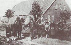 -9- Neusiedler Nr.7 war Johann Buske. Hier auf einem Foto von 1926 nebst Familie zu sehen. Auch diese Stelle ist noch heute in Familienbesitz. Eigentümer ist Franz- Josef Buske. Anfang des 20. Jahrhunderts war die gemeinschaftliche Nutzung der Marken durch die dazu berechtigten Landwirte längst nicht mehr zeitgemäß. Da die Düngung der Felder nun durch Kunstdünger erfolgen konnte, wurde der Plaggenstich nach und nach überflüssig.