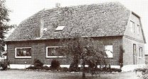 -4- Der Besitzer des Kolonats Nummer 2, August Frye kam aus Brockdorf. Sein Sohn Ernst Frye kam 1974 durch einer tragischen Arbeitsunfall ums Leben. Heutiger Besitzer ist Frank Kröger. Die Marken, die es in allen Bauerschaften gab, wurden vor Ihrer Teilung von den Markenberechtigten zum Plaggenstich (zur Düngung der Felder) und als Grünland genutzt. Der übrige Teil der 500ha großen Wulfenauer Mark wurde, mit Ausnahme kleinerer Flächen für Schule usw. unter diesen Bauern aufgeteilt.