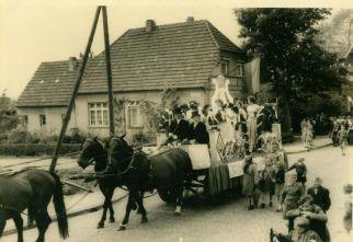 """-55a- Haus Schlüter, im Vordergrund ein """"Lyrawagen"""" für den Festumzug eines Sänger- oder Musikerbundesfestes."""