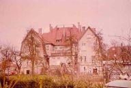 1928 wird der ehemalige Direktor der Holthaus AG Hans Niggemann zu 9 MonatenHaft und 600 Mark Geldstrafe verurteilt, weil er über das Vermögen der Gesellschaft zum Nachteil der Gesellschaft und zum Vorteil anderer verrfügt hat. Die Abbildung zeigt sein die Rückseite der Villa Holthaus (seines Wohnsitzes)