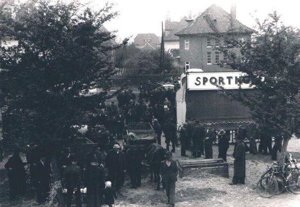 """-1- Dinklager Fettmarkt 1953 auf """"Brörings Wiesen"""", später Schulhof der """"Rattenschule"""", ehemalige Mittelschule, mit Blick in die Bahnhofstraße, Haus Stromann. Auf diesem Platz wurde später Eisen Krapp geaut, heute Postenbörse."""