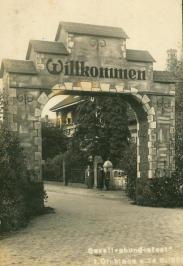 -64- Gesellenbundesfest 1928, Bahnhofstraße. durch den Bogen erkennt man das Haus Dünnebacke