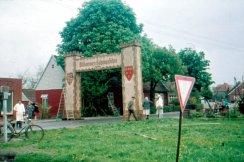 -29- Die Bahnhofstraße aus der alten Drostestraße, Blickrichtung Ortsmitte. Gegenüber am linken Bildrand ein Ausstellungsraum von Fa. Krapp, Eisen. Heute stehen dort Wittrock und rechts daneben Jochem.