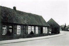 -25- Bahnhofstraße. Doppelhaus von Wittrok Alwin. Links wohnte eine Familie Stoing und Rechts eine Familie Nuxoll, später rechts die Hebame Kettelmann verh. Fischer, später wohnte dort eine Familie Trumpf. Heute Geschäftshaus Jochem