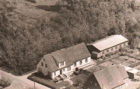 -30- Ca. 1961, Luftaufnahme von Südwesten Im Hintergrund der Ellernbusch Wohnhaus Hans Möller, hinten Tischlerwerkstatt, rechts HS. Nr. 17 Schlie