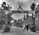 -45- Kolpingtag 1952, rechts das Haus Wansorra, Apotheke, dann Kenkel mit Blickrichtung Rathaus