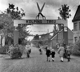 -44- Kolpingtag 1952, rechts das Haus Wansorra, Apotheke, dann Kenkel mit Blickrichtung Rathaus