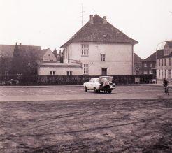-37- Haus Mäckel. Wohnhaus von Julius Mäckel, des ersten Dinklager Bürgermeisters nach dem 2. Weltkrieg. Hier war auch das Büro der Landwirtschaftlichen Genossenschaft untergebracht.