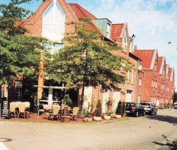 -15- An der Stelle des ehemaligen Kinogebäudes steht heute der Baukomplex mit dem Restaurant Mondo, vorher Geschäftsstlle der Oldenburgischen Landesbank, dann Lebensmittlelladen